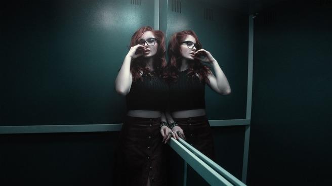 girl-in-the-elevator-1382909_960_720